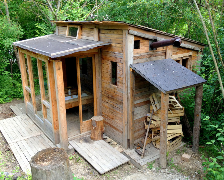 Italian tiny house tiny house swoon for How to build a small house off the grid