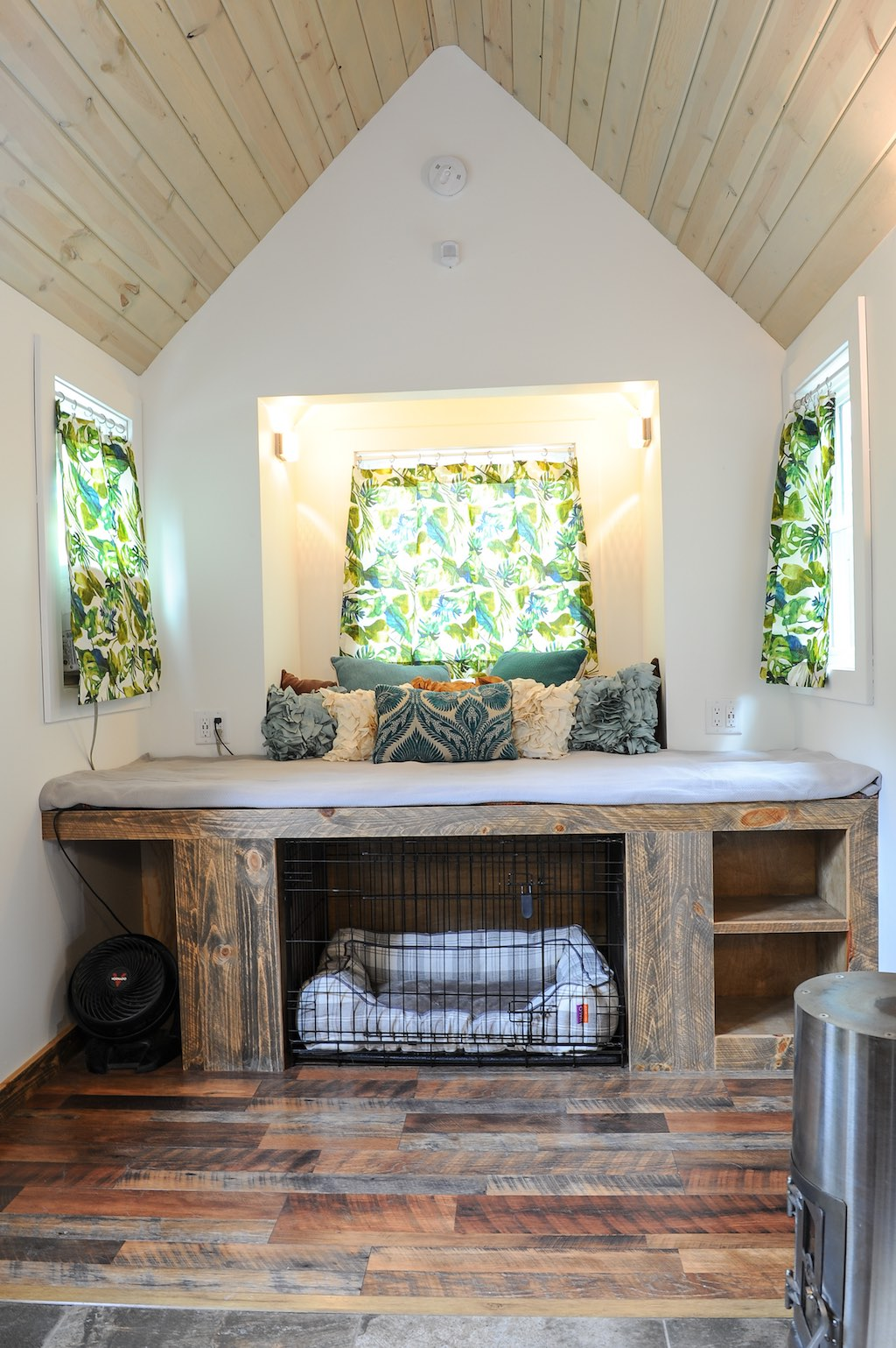 Rustic modern tiny house swoon for Modern micro house